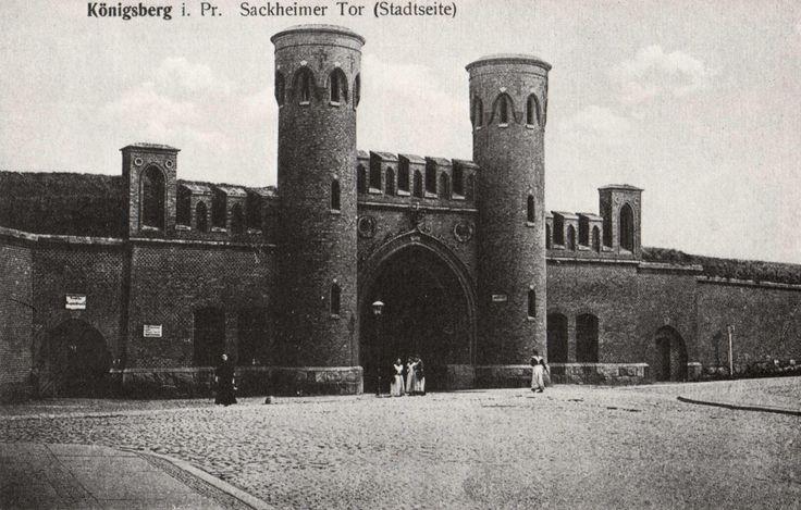 Von allen Stadttoren der Fortifikationsanlagen in Königsberg war das Sackheimer Tor wohl das schlichteste und wurde Mitte des 19. Jahrhunderts gebaut. Die Durchfahrt lag in der Tormitte, wobei zu beiden Seiten jeweils ein Rundturm Deckung gab. Auf der Ansichtskarte (vor 1914) sieht man die Stadtseite des Sackheimer Tores nördlich des Pregels mit Ausfahrt zur Tapiauer Straße. Heute sieht das Tor sehr verändert aus, denn auf beiden Seiten wurde das Mauerwerk bis zu den Rundtürmen abgetragen…