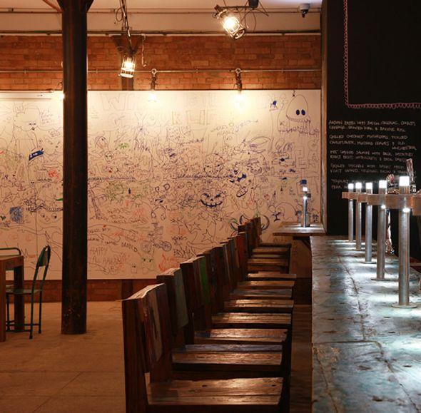 Le Doodle Bar est résolument un espace où les gens ont la liberté de gribouiller un peu partout sur les murs tout en buvant une bonne bière entre amis ou collègues. Le bar a été conçu dans le cadre du TESTBED1, laboratoire d'art dramatique et d'expérimentation en tout genre.