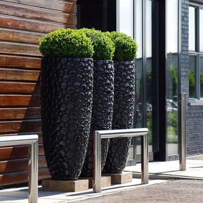 Современные уличные вазоны и кашпо могут иметь разнообразные формы и размеры, а их декор дополнит общую садово-парковую композицию.