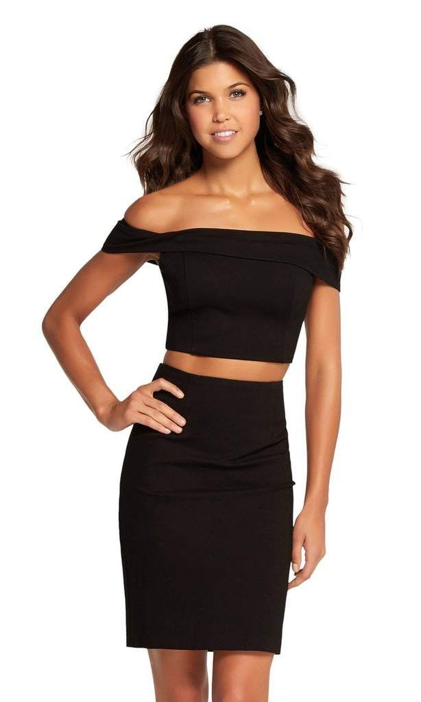b9ddfba5ee Harper and Lemon 22107. The crop top is fitted with a fold-over off-shoulder  neckline. Exposed at the midriff