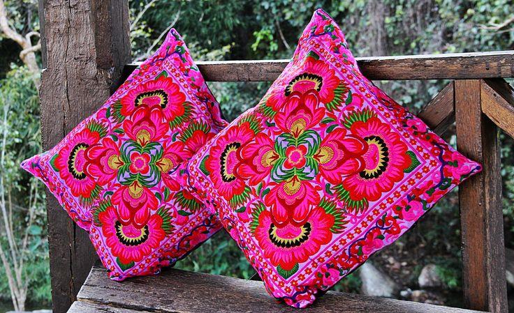 Cojines Bordados Tailandia ✤ $13.990 - Código: AC027-1 ✤ Embroidered Cushions ✤ FanPage: Morenaa ✤✤✤ Instagram: morenaa_ltda_chile #morenaa #lomejordecadalugar