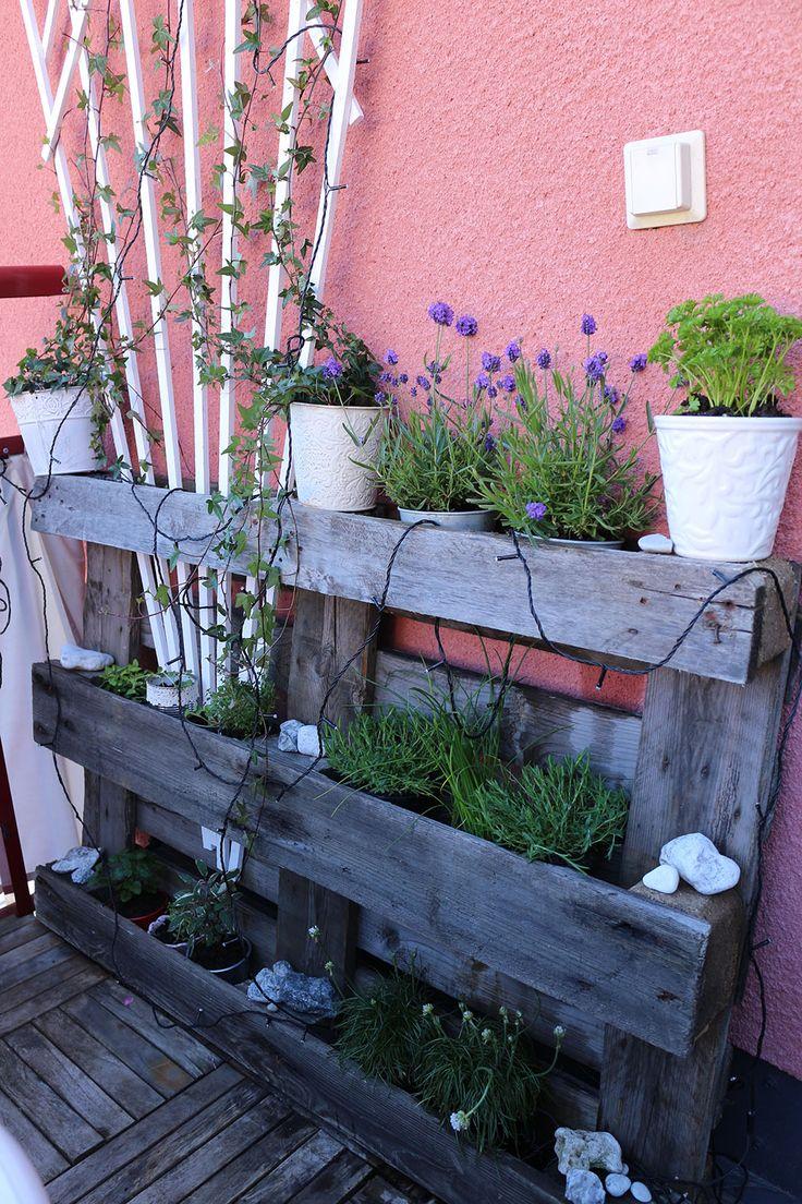 Odla örter i en lastpall. Cultivating herbs in a pallet, from DiySweden