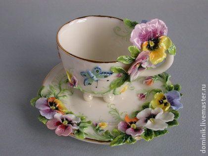 Чайная пара `Анютины глазки`. Коллекционная чайная пара с ручным лепным декором одних из самых любимых цветов - анютиных глазок, среди которых порхают пёстрые бабочки.