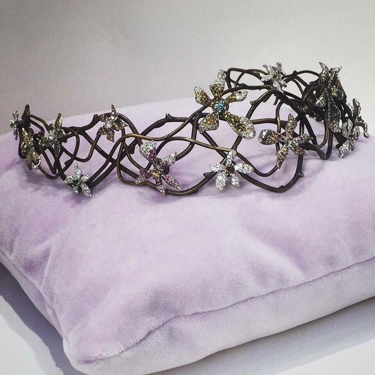 #floral #tiara by @sietegallery #WhiteGold #flowers with #diamonds of several #colours over #bronze #branches __________  Tiara floral de #SieteGallery #flores de #OroBlanco con #diamantes de varios #colores sobre ramas de #bronce  __________  #DeJoyaEnJoya #FromJewelToJewel #diadema #brides #bridal #novias #InstaBridal #InstaJewels #InstaGold #InstaFlowers #luxury #sposa #weddings #nozze #InstaDiamonds #fiori