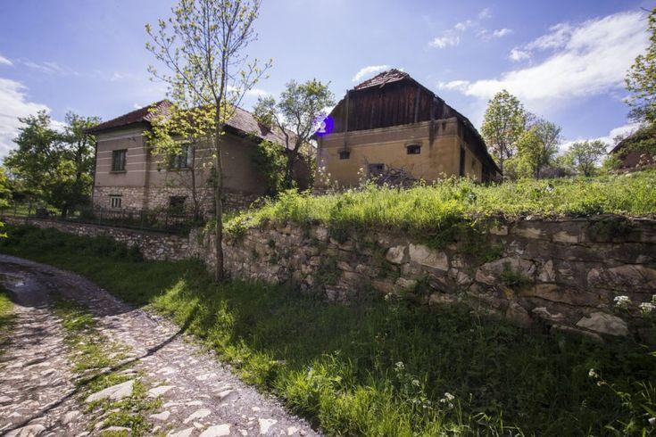 Cel mai ciudat sat din România: are un singur locuitor şi un drum de 10 km din marmură