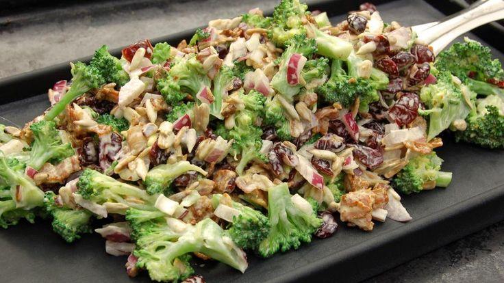 Grøn og lækker broccolisalat med bacon og tranebær