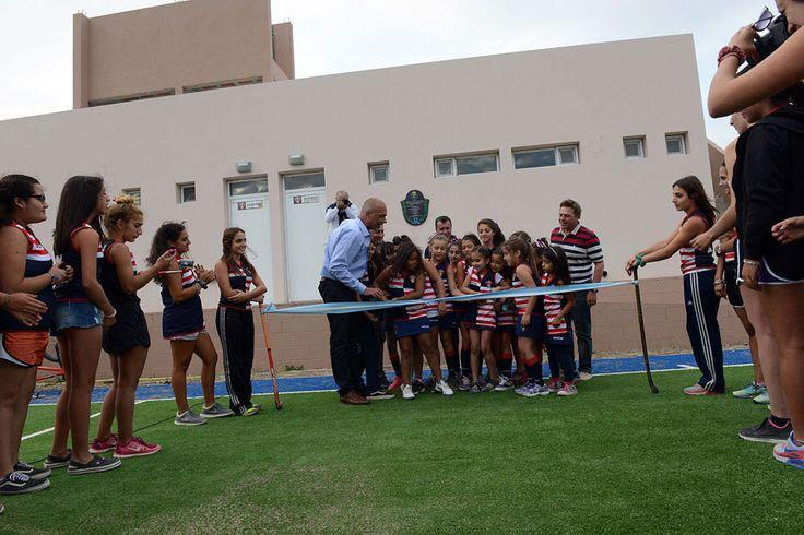 """Buzzi inauguró una cancha de césped sintético en el Comodoro Rugby Club http://www.ambitosur.com.ar/buzzi-inauguro-una-cancha-de-cesped-sintetico-en-el-comodoro-rugby-club/ Con el corte de cinta, durante la víspera del aniversario de Comodoro Rivadavia, el Gobernador dejó habilitada la nueva cancha de hockey que se construyó con fondos provinciales del Programa """"Invertir Igualdad"""" y remarcó que seguirán las obras. Por su parte, el presidente del Club, Gustavo Die,"""