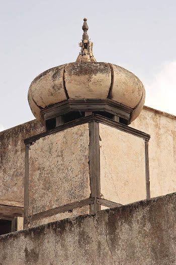 Chimenea  de base cuadrada, de entramado  de madera, encalada y cubierta  en forma de bulbo.  Haría, Lanzarote.