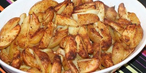 Kartofler bagt i ovnen er simpelt og lækkert tilbehør til forskellige retter. Se hvordan de tilberedes og krydres rigtigt her.