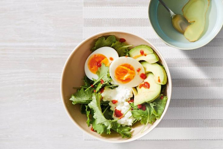 Kijk wat een lekker recept ik heb gevonden op Allerhande! Hüttenkäse met avocado, ei en jonge bladsla