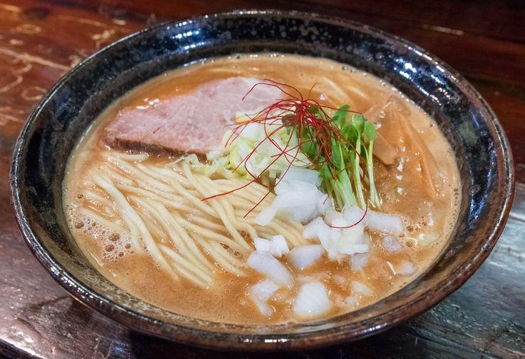 今回は年間800杯以上ラーメンを食べる筆者が、大阪市内でオススメのラーメン店をご紹介します。大阪市のラーメン情報なら、これを見れば間違いない。一昔前までの大阪ではラーメンの影は薄かったかもしれませんが、近年のラーメンブームもあって、日本第2の都市である大阪にもハイレベルなラーメン店がどんどんオープンしています。ここではそんな膨大な大阪市のラーメン店の中から、いいなと思ったラーメン店を厳選してみました。東京とはまた違った個性的な味わいをウリにしていたり、大阪らしくユーモア溢れるラーメン店も多いです。 *お店の前の番号は、オススメ順ということではありません