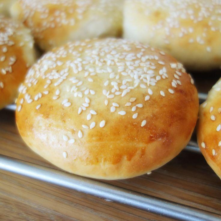 En burger med hjemmelavet burgerbolle smager meget bedre! Denne opskrift giver lækre, sprøde og luftige burgerboller, som bare virker hver gang.