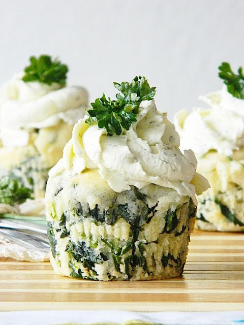 Muffins aux épinards et feta, fromage frais aux herbes fouetté. - Spinach-Feta Muffins with herbal cream cheese.