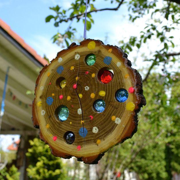 Bringen Sie Sonne in Ihr Leben - und in Ihren Garten. Mit dieser liebevoll handgefertigten Sonnenscheibe gelingt Ihnen das im Nu.   Trifft Licht oder Sonne auf die Scheibe, leuchten die...