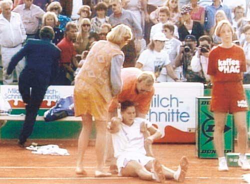 30 ΑΠΡΙΛΙΟΥ.....το 1993, η αθλήτρια του τέννις, Μόνικα Σέλες, τραυματίζεται με μαχαίρι στην πλάτη από οπαδό της Στέφι Γκραφ στο Αμβούργο. Ο τραυματισμός κρατάει τη Σέλες αρκετό διάστημα εκτός γηπέδων, με συνέπεια τον εκτοπισμό της από την πρώτη θέση της παγκόσμιας κατάταξης.