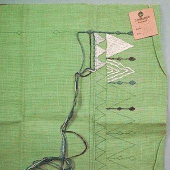 Broderiprov till duk. Lingarn - vit, grön, grå på linneväv. Broderat med schattersöm och liksidig plattsöm.
