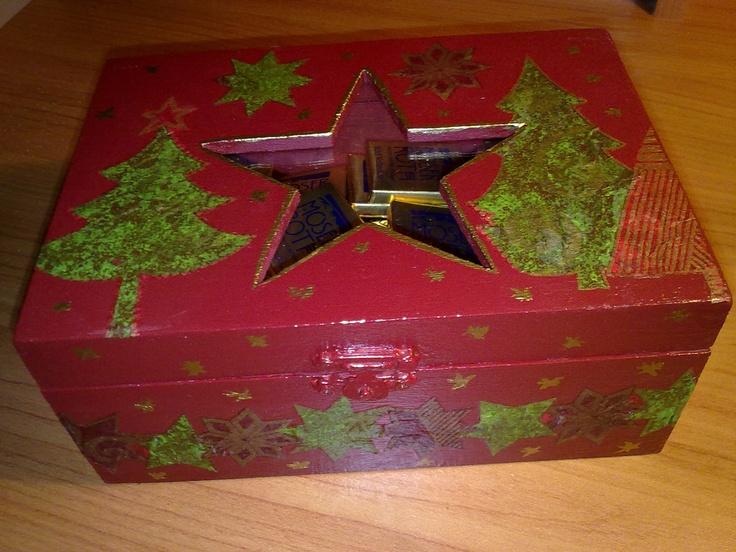 Caja navideña decorada con decoupage