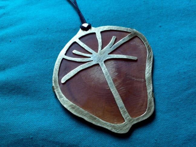 Araucaria sobre picoyo, bronce y madera de picoyo.