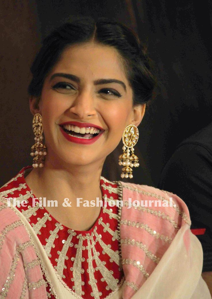 Sonam Kapoor stuns in Anamika Khanna for 'Neerja' press