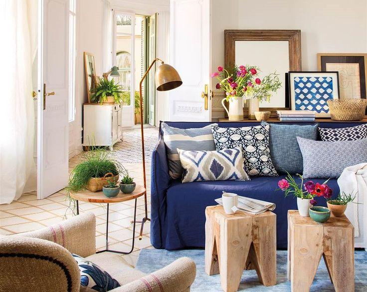 Salón clásico con sofá azul y cojines azules y blancos_454748