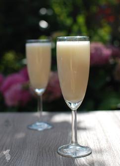 Simpele pina colada smoothie gemaakt met o.a. kokosmelk en ananas. De smoothie is ook makkelijk om te bouwen tot een cocktail door wat kokoslikeur toe te voegen. Heerlijk op een zomerse dag! - Lees het recept via de bron.