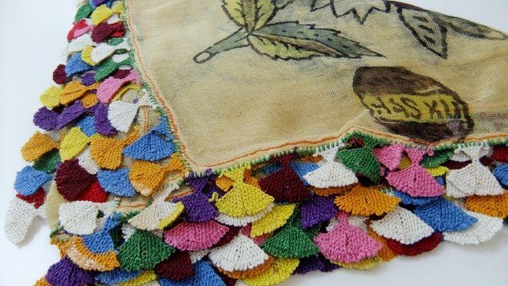 Antika Efe gül oyalı yazma. Aydın işi olan yazmanın tülbendi ipek, iğne oyasının iplikleri kök boya ve ipektir. 70 santimetrekare olan yazmanın ortalama 3 metre oyası olup, oyanın her bir çiçeği 3 santimetrekare genişliktedir. / Antique