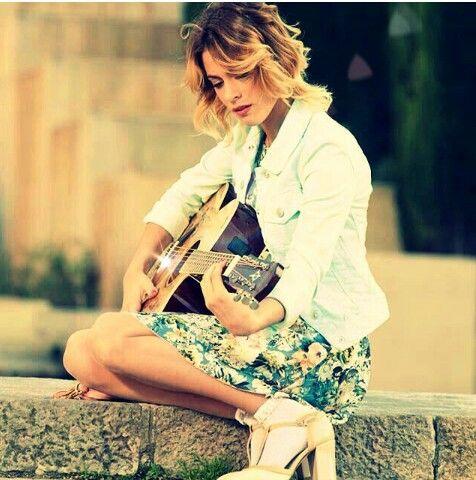 Martina Stoessel tocando la guitarra en Violetta 3