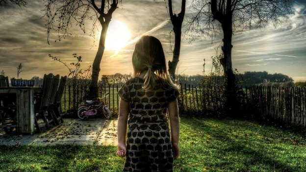 A menina que odiava a vida Esta é a história de uma menina na Escócia que odiava tanto a vida, que decidiu remover cada traço seu deixado na Terra antes de cometer suicídio. Ao saber da morte, os membros de sua família ficaram perturbados. No entanto, alguns dias depois, todos eles morreram em circunstâncias estranhas. Segundo a lenda, qualquer um que fique sabendo da existência da menina corre risco de morte. Portanto, fique atento, ela pode vir bater à sua porta para matá-lo. Para evitar…