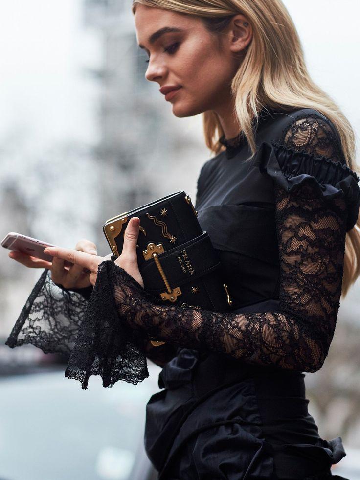 Wo können wir das Top dieser Besucherin der Fashion Week London nachkaufen? Wir haben uns auf den ersten Blick in die Trompetenärmel aus schwarzer Spitze verliebt! Und die Tasche, die sie dazu kombiniert, würden wir am liebsten auch noch haben!Ebenfalls #HABENWOLLEN: Die schönsten Handtaschen