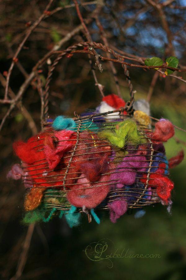 Aidez les oiseaux à construire leur nid avec vos restes de laine.
