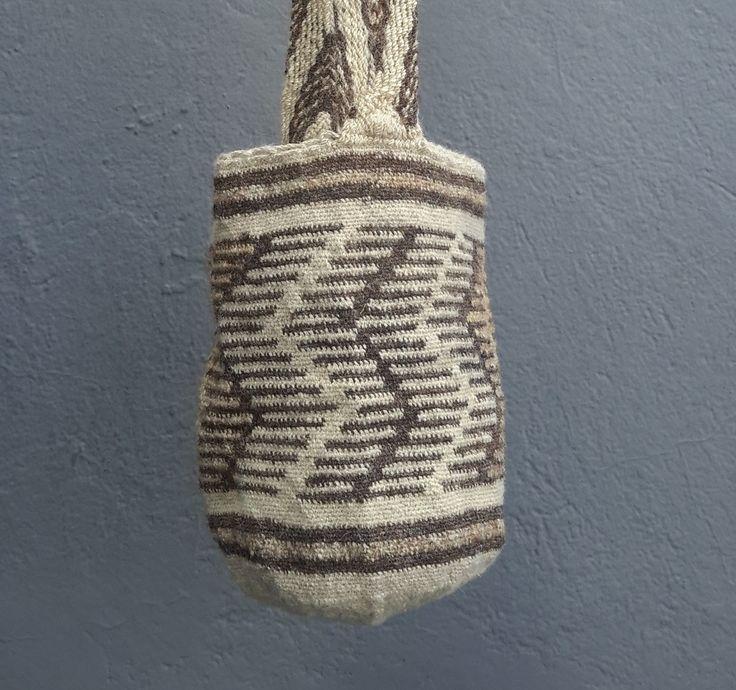 Mochila tejida completamente a mano, hechas con lana de ovejo. El diseño representa las costillas del esqueleto humano.
