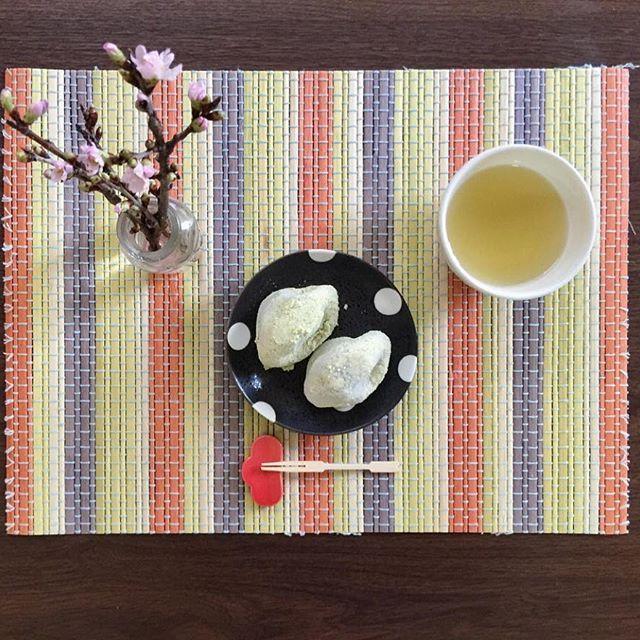 【caori_takahashiii】さんのInstagramをピンしています。 《うぐいす餅。 今日も雪だけど、写真は春らしく🌸 #うぐいす餅 #和菓子 #お菓子 #おやつ #sweats #wagashi #春 #桜#啓翁桜》