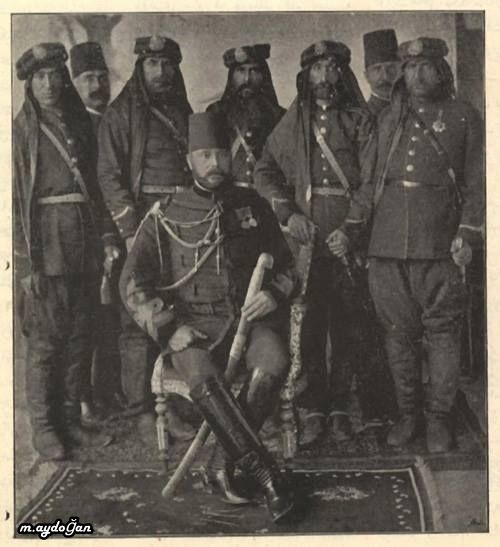 Hamidiye Alay komutanları ve Sultan Abdulhamid'in akrabasi ve Hamdiye Alaylarının kurucusu Zeki Paşa. Miran aşireti reisi Mustafa Paşa, Zeki Paşa'nın arkasında, sağdaki kişi