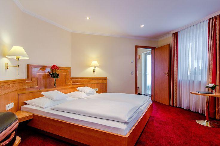Unsere gemütlichen Standard-Doppelzimmer liegen hauptsächlich zur Nord- und Westseite. Bis zu 2 Personen können sich auf 14 bis 15m² Wohnfläche hier wohlfühlen.