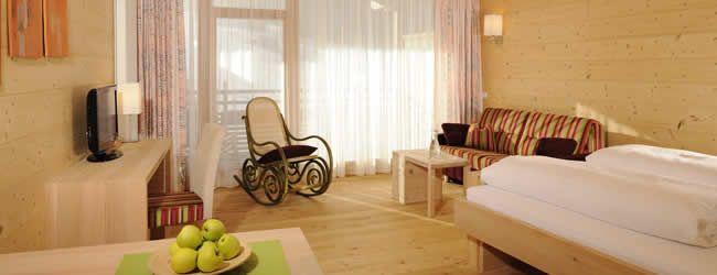 """Forsthofalm, a fából készült 4 csillagos hotelA szerkesztőség különleges tippjei - Hogy mitől lesz érzéki élmény a nyaralás? Az alpesi legelő, a zavartalan nyugalom és a leheletnyi luxus mellett a 4 csillagos Forsthofalm hotel valami egészen szokatlannal is szolgál:""""Tetőtől-talpig"""" fából épült. A Forsthofalm szálló egyik szobája © www.forsthofalm.com"""