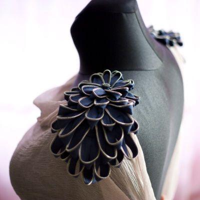 D.I.Y :)    Nie wyobrażam sobie stroju bez dodatków. Zawsze muszę mieć jakąś bransoletkę lub chociażby zegarek. Niebanalne dodatki kocham i wyszukuje namiętnie, a często i sama tworzę jak podobne do tych naramienników kwiaty z zamków błyskawicznych.