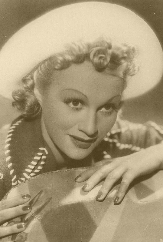 Adina s loknami ve Slavínského komedii Svatební cesta (1938)