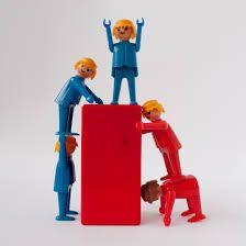 Cooperar no es lo mismo que colaborar, aunque estos dos términos se han utilizado frecuentemente como sinónimos en el campo educativo.Cooperar según el diccionario de la RAE (2001) es  obrar conjuntamente con otro u otros para un mismo fin ; colaborar, en cambio se define como  trabajar con otra u o...