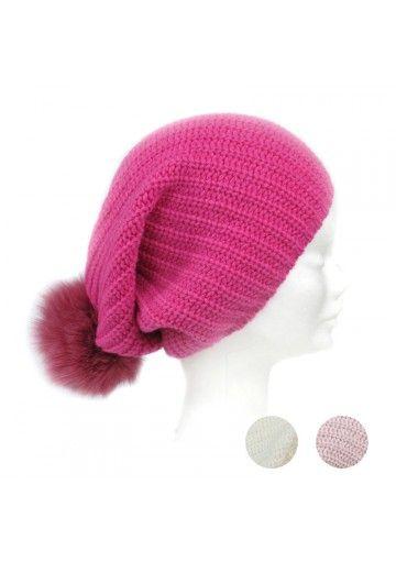 Questo maxi berretto è perfetto per le donne. Il cappello è fatto in maglia di lana e cashmere e decorato con disegno classico a coste. Un pon pon grande in pelliccia vera completa il modello. Disponibile in 3 colori. Si può abbinare al qualsiasi vestito invernale