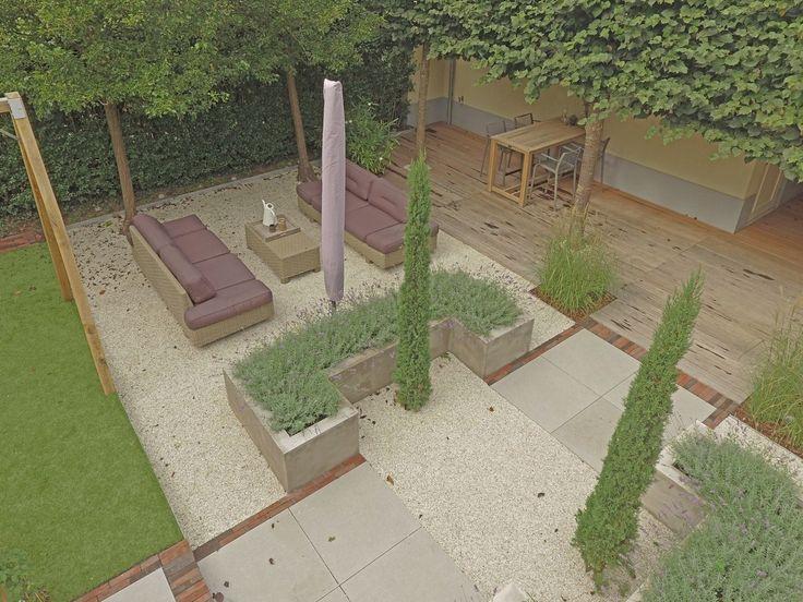 Tuinbanken van vlechtwerk in een tuin met strakke lijnen