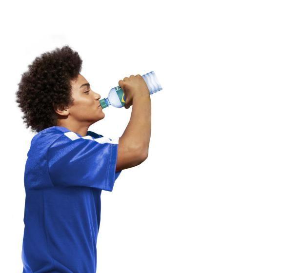 Auch für Durstige: Die Vöslauer-Trinkflasche mit brasilianischer Flagge lässt sich zudem zur Vuvuzela umfunktionieren. Mehr zur WM-Mode: http://www.nachrichten.at/nachrichten/society/Brasilien-und-Baelle-in-Mode;art411,1403838 (Bild: Supernova / age fotostock)