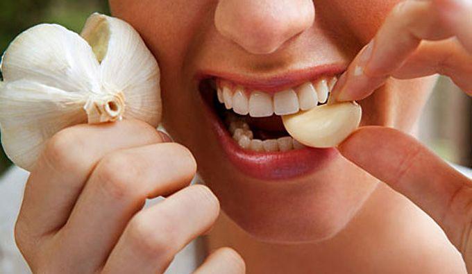 En attendant le rendez-vous chez le dentiste, qui peut être dans plusieurs jours, il faut soulager la douleur. Que ce soit pour une carie, une gingivite ou un abcès. Voici 8 remèdes de grand-mères efficaces quand on a mal aux dents.  Découvrez l'astuce ici : http://www.comment-economiser.fr/maux-de-dents.html