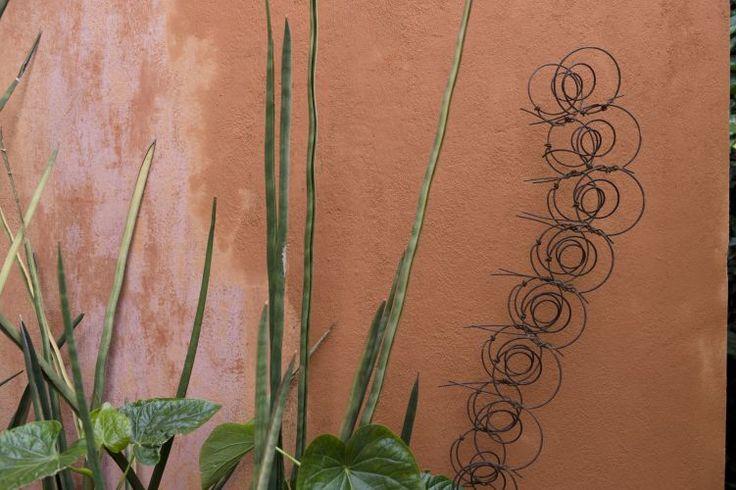 """Que tal começar o ano renovando a casa? Com a cal é possível criar pinturas incríveis a preços módicos. Quanto mais """"usada"""", mais bonita fica, além de ser inseticida e de absorver a umidade. Por todas essas vantagens, Suzana Soares - da <a href=http://www.artesemovimento.com.br target=_blank><u>Artes e Movimento</u></a>, especializada em tintas naturais - recomenda a caiação para áreas externas. Confira como é fácil a aplicação da técnica"""