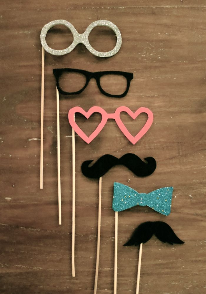 DIY Party time #moustache. Nytårspjank i glittermosgummi på pind:)