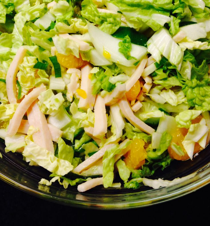 Chinese kool, mandarijntjes, bosuitje, komkommer en kipreepjes. Heerlijke slanke salade. Eigen foto.