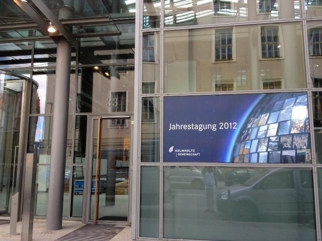 Morgen Abend findet die Helmholtz-Jahrestagung in Berlin statt. Gerade bauen die fleißigen Helfer noch alles auf.