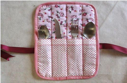 Porta Talheres Em Tecido uma excelente peça em tecido para levar seus talheres na bolsa no local de trabalho deixando tudo mais bonito.