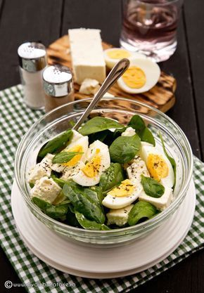 O reteta simpla cu spanc, feta si oua este rapida si mai ales sanatoasa, ingredientele aducand o multime de vitamine si minerale necesare organismului nostru.
