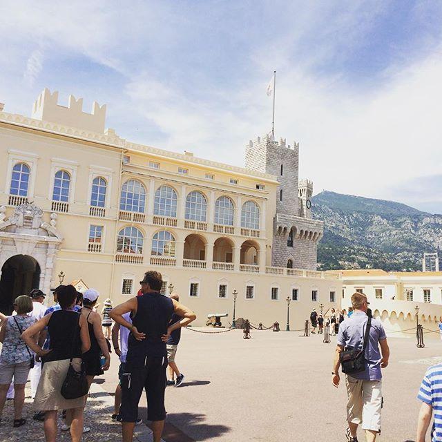 #Rocher Det kungliga slottet i Monaco! Vad tycker ni om bilden?? För tillfället så är jag just nu på den franska rivieran, så bilden är min egen. Jag tog bilden när jag och min familj åkte på en dagstripp till Monaco. Det var underbart! by kungahusetbloggplatsen from #Montecarlo #Monaco