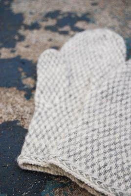 Innan ledigt blev till jobb hann det bli vantar och mössa i vinterns bästa vitt och grått. Mönstret är en ny favorit, och åh vad jag skulle ...
